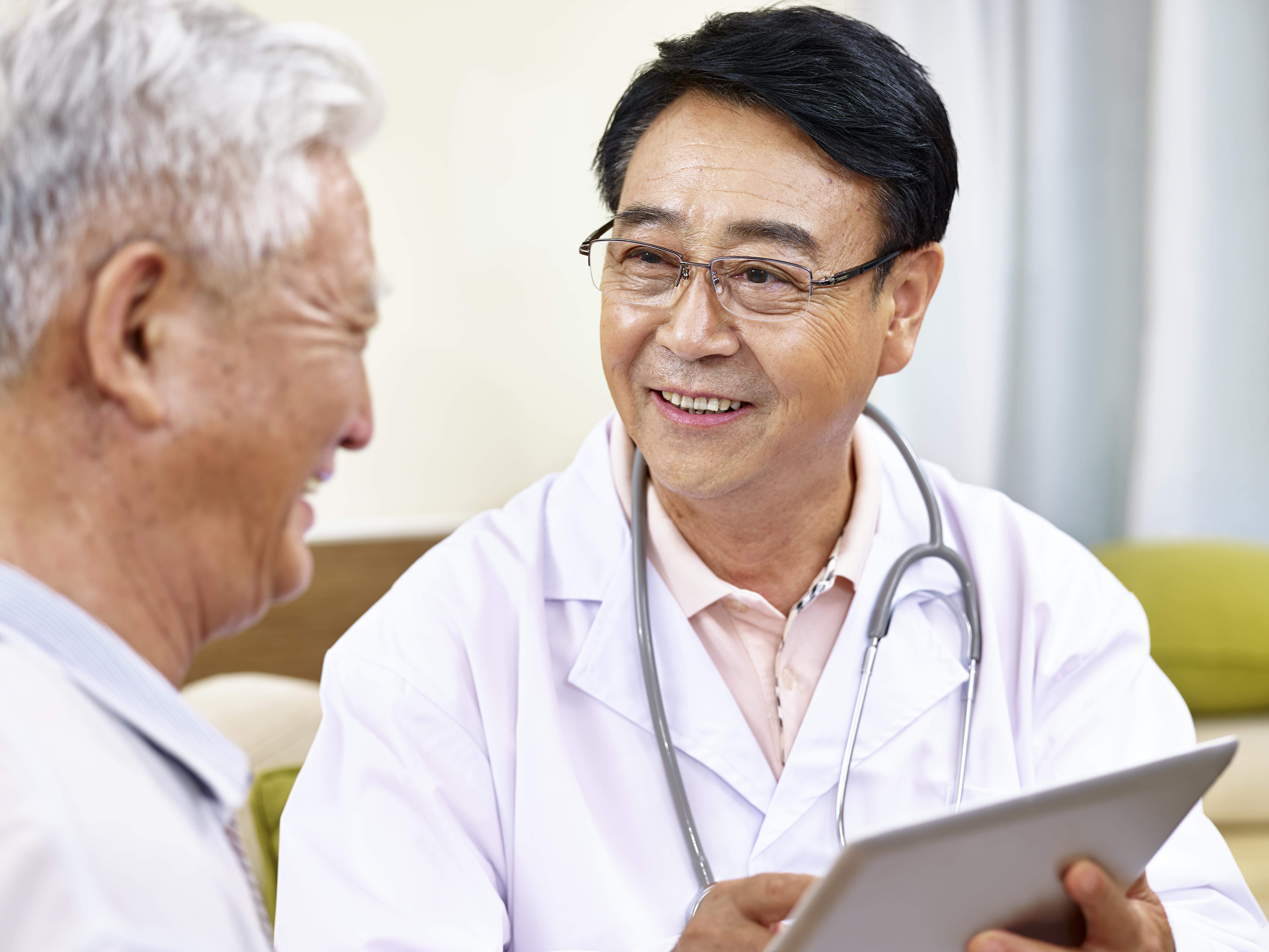 診察をする医師