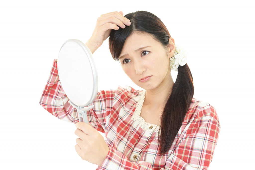 髪が生えるのを待つ女性