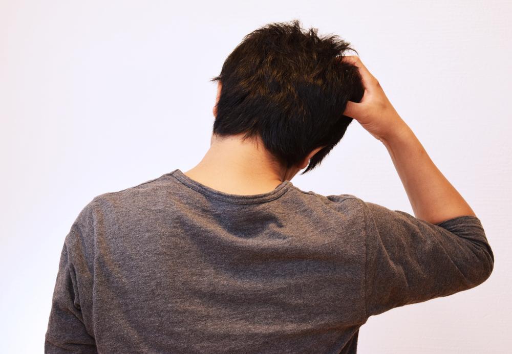 初期脱毛で落ち込む男性