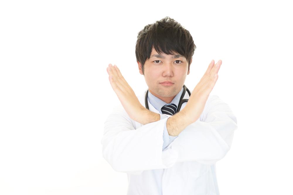 否定する男性医師